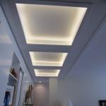 Aménagement de salon à Anglet, salon blanc laqué plafond vue éclairé